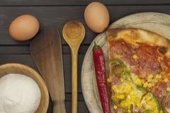 Selbst gemachte Pizza Teile Pizza auf einem dunklen Holztisch Lizenzfreie Stockbilder