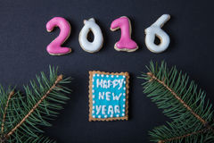 Selbst gemachte Plätzchen des Lebkuchens mit Zuckerglasur- und Weihnachtsbaum branc Lizenzfreie Stockfotos