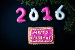 Selbst gemachte Plätzchen des Lebkuchens mit Zuckerglasur- und Weihnachtsbaum branc Stockbilder
