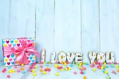 Selbst gemachte Plätzchen in Form von einem Herzen oder ich liebe dich Wörtern als Geschenk zu einem geliebten an Valentinsgruß ` Lizenzfreie Stockfotografie