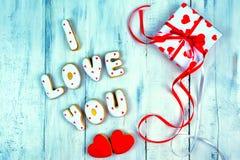 Selbst gemachte Plätzchen in Form von einem Herzen oder ich liebe dich Wörtern als Geschenk zu einem geliebten an Valentinsgruß ` Lizenzfreie Stockbilder