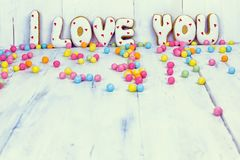 Selbst gemachte Plätzchen in Form von einem Herzen oder ich liebe dich Wörtern an Valentinsgruß ` s Tag Stockbild
