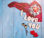 Selbst gemachte Plätzchen in Form von einem Herzen oder ich liebe dich Wörtern an Valentinsgruß ` s Tag auf einer Draufsicht des  Lizenzfreie Stockbilder