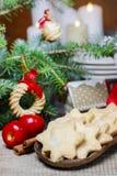 Selbst gemachte Plätzchen im Stern formen auf Holztisch am Weihnachtsabend Stockfotos