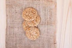 Selbst gemachte Plätzchen mit Samen des indischen Sesams, auf Holztisch Lizenzfreies Stockbild