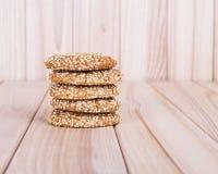 Selbst gemachte Plätzchen mit Samen des indischen Sesams, auf Holztisch Lizenzfreie Stockbilder