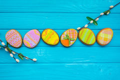 Selbst gemachte Plätzchen mit Zuckerglasur in Form eines Eies für Ostern Köstliche Ostern-Plätzchen auf einem blauen Hintergrund  Stockbild