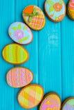 Selbst gemachte Plätzchen mit Zuckerglasur in Form eines Eies für Ostern Köstliche Ostern-Plätzchen auf einem blauen Hintergrund  Stockbilder