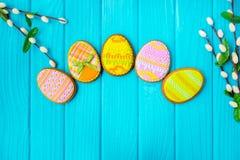 Selbst gemachte Plätzchen mit Zuckerglasur in Form eines Eies für Ostern Köstliche Ostern-Plätzchen auf einem blauen Hintergrund  Lizenzfreie Stockfotografie