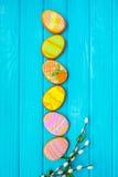Selbst gemachte Plätzchen mit Zuckerglasur in Form eines Eies für Ostern Köstliche Ostern-Plätzchen auf einem blauen Hintergrund  Stockfoto
