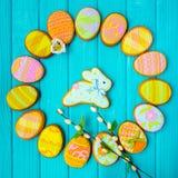 Selbst gemachte Plätzchen mit Zuckerglasur in Form eines Eies für Ostern Köstliche Ostern-Plätzchen auf einem blauen Hintergrund  Lizenzfreies Stockfoto