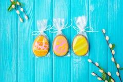 Selbst gemachte Plätzchen mit Zuckerglasur in Form eines Eies für Ostern Köstliche Ostern-Plätzchen auf einem blauen Hintergrund  Stockfotos