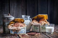 Selbst gemachte Plätzchen und Milch zum Frühstück Lizenzfreies Stockfoto
