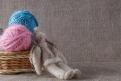 Selbst gemachte Puppe und farbige Schlaufe lizenzfreies stockfoto
