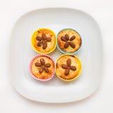Selbst gemachte runde Minitorten verziert mit Mandeln für gesunden Lebensstil Lizenzfreie Stockbilder