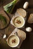 Selbst gemachte sahnige Kartoffel-und Porree-Suppe Stockbild