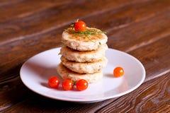 Selbst gemachte salzige Käse-Pfannkuchen mit Dill und frischer Tomate Stockbilder