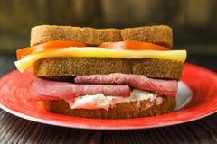 Selbst gemachte Sandwiche mit Schinken, Käse und Tomaten auf einem weißen Winkel des Leistungshebels Stockbilder