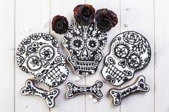 Selbst gemachte Schädelplätzchen für Halloween Stockfotografie