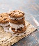 Selbst gemachte Schokolade Chip Cookie Ice Cream Sandiwch auf einem Papierhintergrund lizenzfreie stockfotografie
