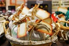 Selbst gemachte Schokolade im Korb am Riga-Weihnachtsmarkt Lettland Lizenzfreie Stockfotografie