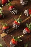 Selbst gemachte Schokolade tauchte Erdbeeren ein Lizenzfreie Stockfotografie