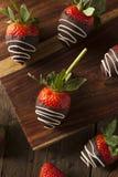 Selbst gemachte Schokolade tauchte Erdbeeren ein Stockfotos