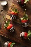 Selbst gemachte Schokolade tauchte Erdbeeren ein Stockfoto