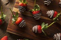 Selbst gemachte Schokolade tauchte Erdbeeren ein Stockbild