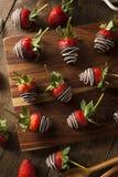 Selbst gemachte Schokolade tauchte Erdbeeren ein Stockbilder