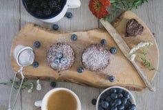 Selbst gemachte Schokoladenkuchen mit Blaubeeren, Kaffee, Blume, Zuckerdekor Lizenzfreies Stockbild