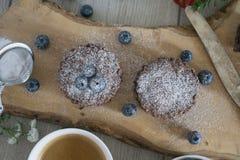 Selbst gemachte Schokoladenkuchen mit Schokolade und Blaubeeren Lizenzfreie Stockfotos