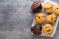 Selbst gemachte Schokoladenmuffins auf dem Weinlesehintergrund Stockbild