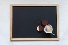 selbst gemachte Schokoladenplätzchen auf einem schwarzen Hintergrund mit Kaffee Stockfoto