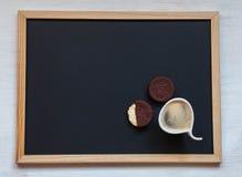 selbst gemachte Schokoladenplätzchen auf einem schwarzen Hintergrund mit Kaffee Stockbild