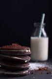 Selbst gemachte Schokoladenplätzchen mit Milch Lizenzfreie Stockfotografie