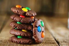 Selbst gemachte Schokoladenplätzchen verziert mit multi Lizenzfreie Stockfotos