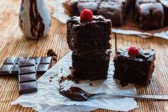Selbst gemachte Schokoladenschokoladenkuchen lizenzfreies stockfoto