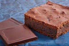 Selbst gemachte Schokoladenschokoladenkuchen auf dunkelblauem Hintergrund Stockfotos