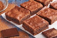 Selbst gemachte Schokoladenschokoladenkuchen auf dunkelblauem Hintergrund Lizenzfreies Stockfoto