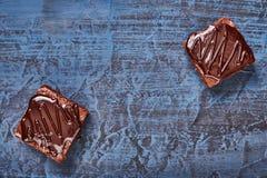 Selbst gemachte Schokoladenschokoladenkuchen auf dunkelblauem Hintergrund, Draufsicht Stockfoto