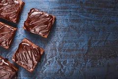 Selbst gemachte Schokoladenschokoladenkuchen auf dunkelblauem Hintergrund, Draufsicht Stockbild