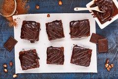 Selbst gemachte Schokoladenschokoladenkuchen auf dunkelblauem Hintergrund, Draufsicht Stockbilder