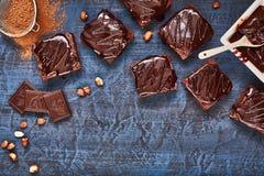 Selbst gemachte Schokoladenschokoladenkuchen auf dunkelblauem Hintergrund, Draufsicht Lizenzfreie Stockfotos