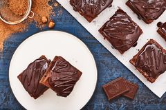 Selbst gemachte Schokoladenschokoladenkuchen auf dunkelblauem Hintergrund, Draufsicht Lizenzfreie Stockbilder