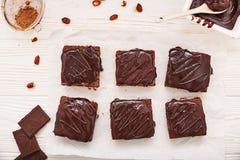 Selbst gemachte Schokoladenschokoladenkuchen auf weißem hölzernem Hintergrund, Draufsicht Lizenzfreies Stockfoto