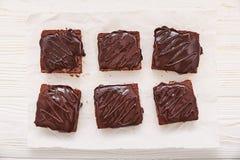 Selbst gemachte Schokoladenschokoladenkuchen auf weißem hölzernem Hintergrund, Draufsicht Lizenzfreie Stockfotografie