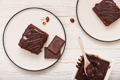 Selbst gemachte Schokoladenschokoladenkuchen auf weißem hölzernem Hintergrund, Draufsicht Stockfoto