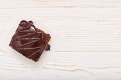 Selbst gemachte Schokoladenschokoladenkuchen auf weißem hölzernem Hintergrund, Draufsicht, copyspace Lizenzfreies Stockfoto