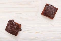 Selbst gemachte Schokoladenschokoladenkuchen auf weißem hölzernem Hintergrund, Draufsicht, copyspace Stockbild
